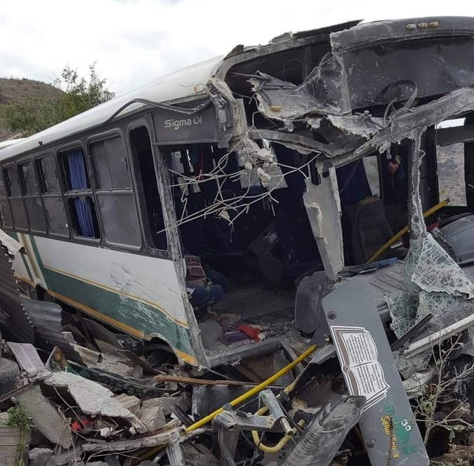 Se despedaza autobús al chocar contra casa: 8 heridos, 3 de ellos graves