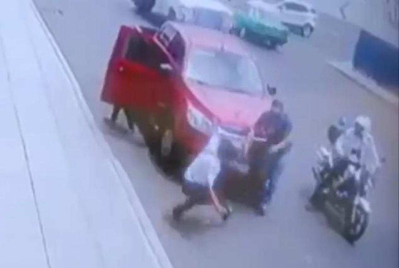 Agrede conductor a agente vial y lo manda al hospital; está detenido
