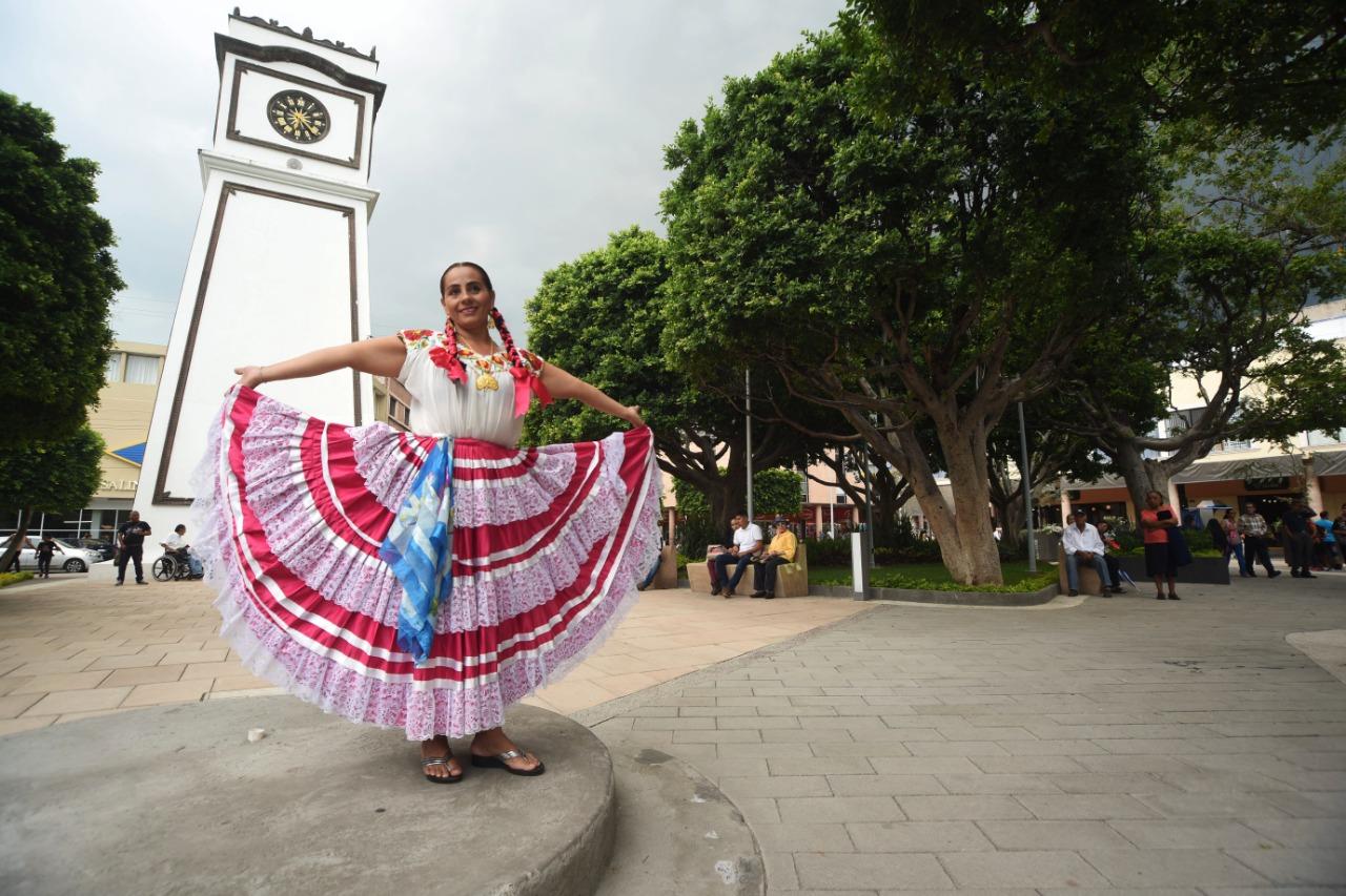 Disfrutan Irapuatenses de la Guelaguetza en la Plaza Principal