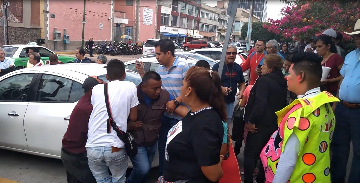 Agreden comerciantes y tianguistas a manifestantes por alza del transporte