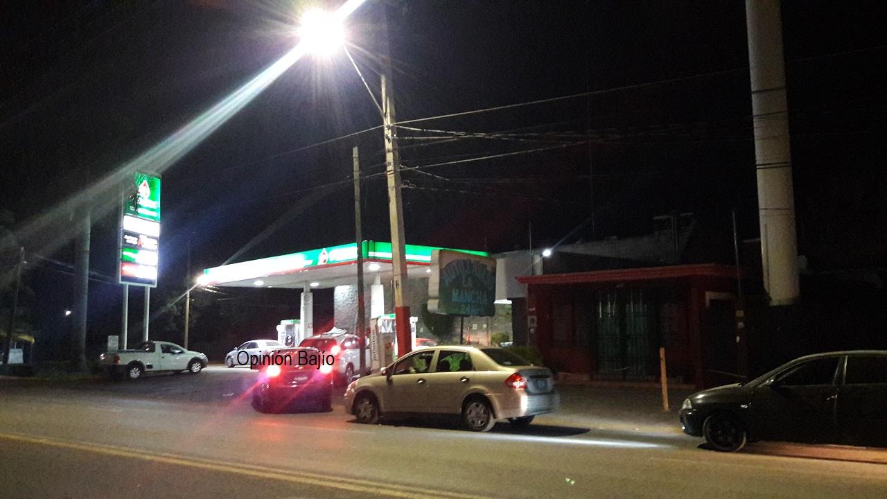 Compras de pánico de gasolina afectan abasto; filas interminables en estaciones de servicio