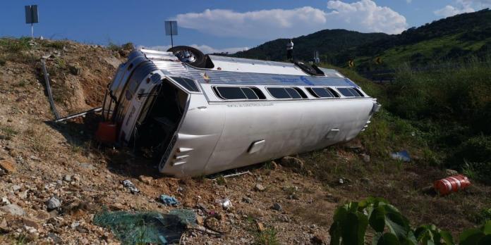 Se vuelca autobús de estudiantes de Celaya; muere una estudiante y 19 quedan heridos