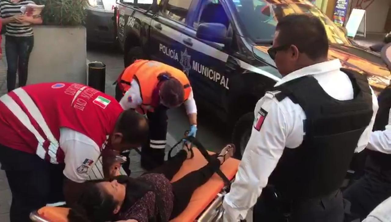 Apoyan policías municipales a mujer que inició parto en pleno centro de Irapuato