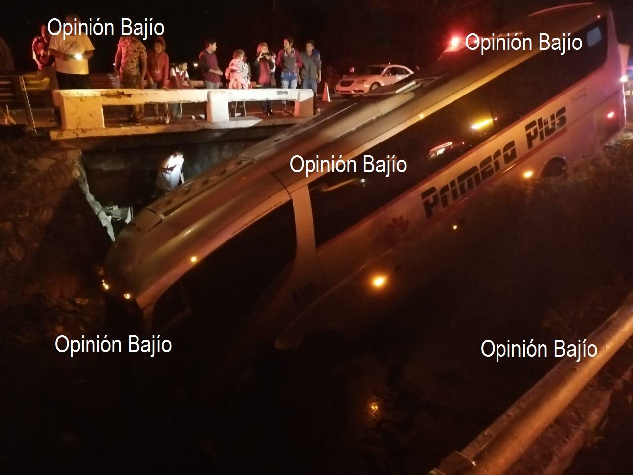 Autobús Primera Plus se accidenta y se va a canal de agua en libramiento sur de Irapuato