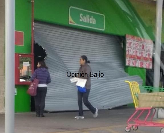 Grupo armado se lleva dos cajeros automáticos y mercancía de Tienda Aurrerá