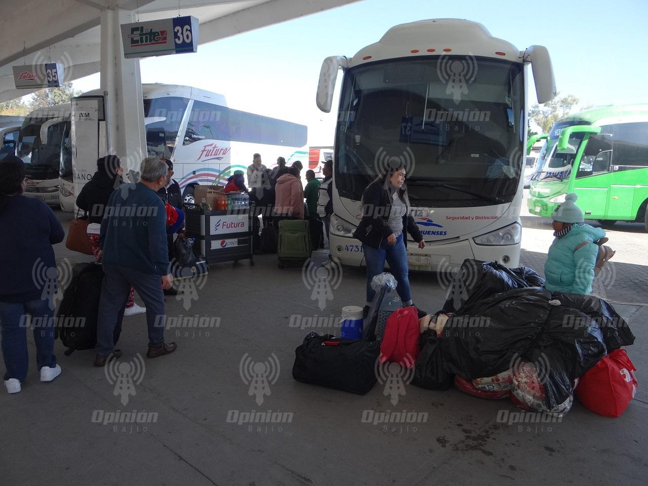 Abarrotan viajeros Central Camionera; líneas de autobuses abren corridas extras