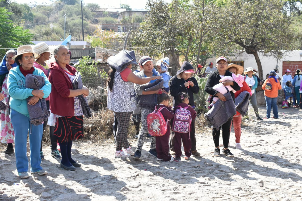 Entregan cobijas en zonas altas de Irapuato, ante pronóstico de heladas