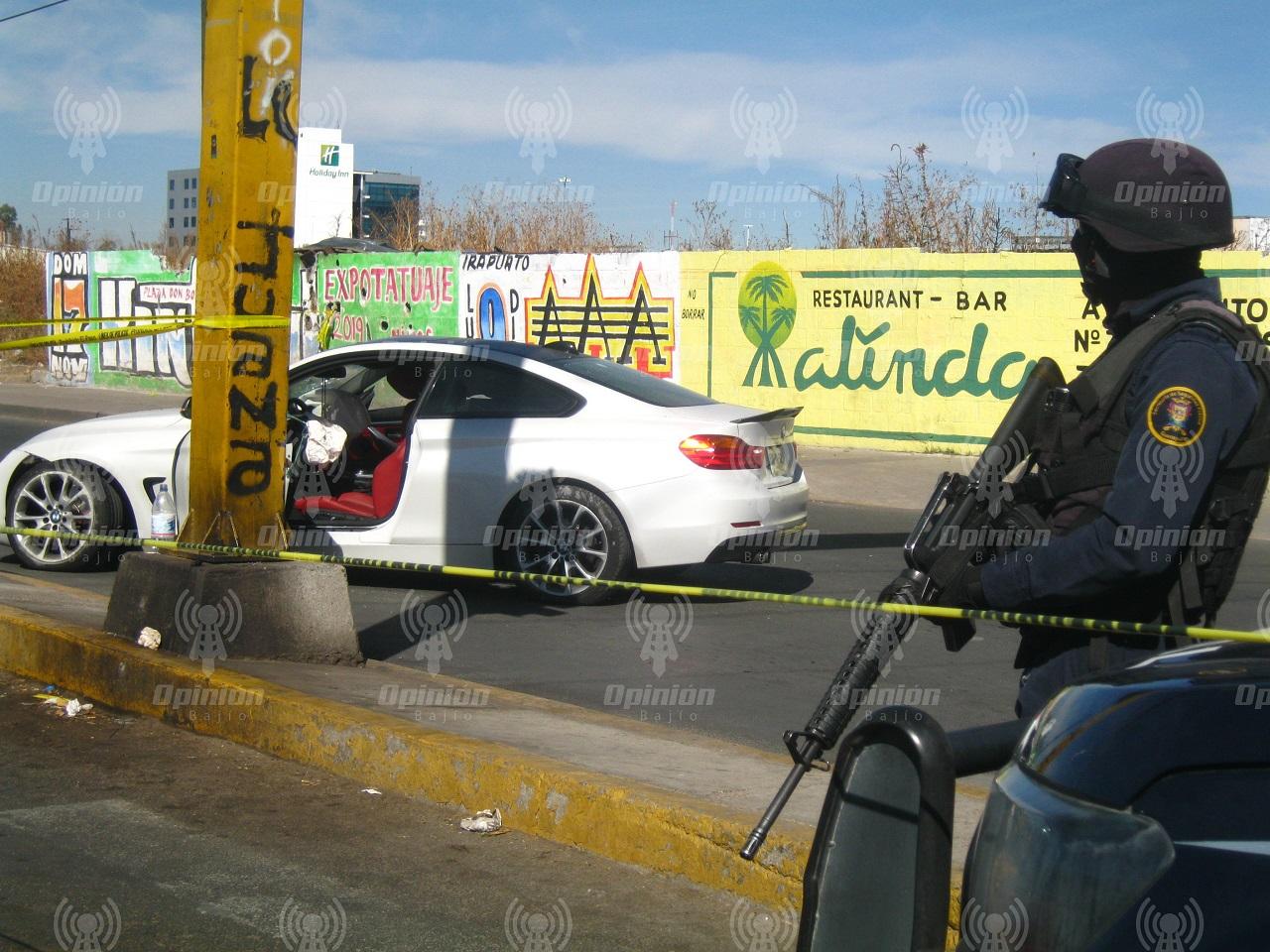 Grupo armado ataca auto de lujo en pleno crucero vial; 2 heridos