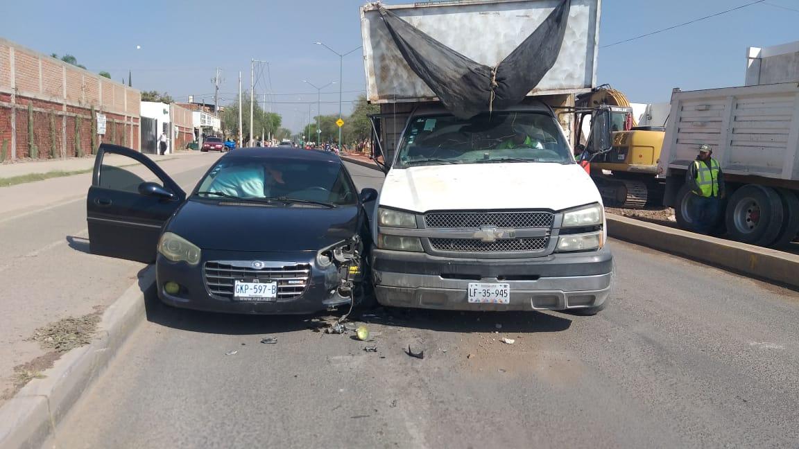 Camión independiente de basura arrolla a agente vial y participa en accidente