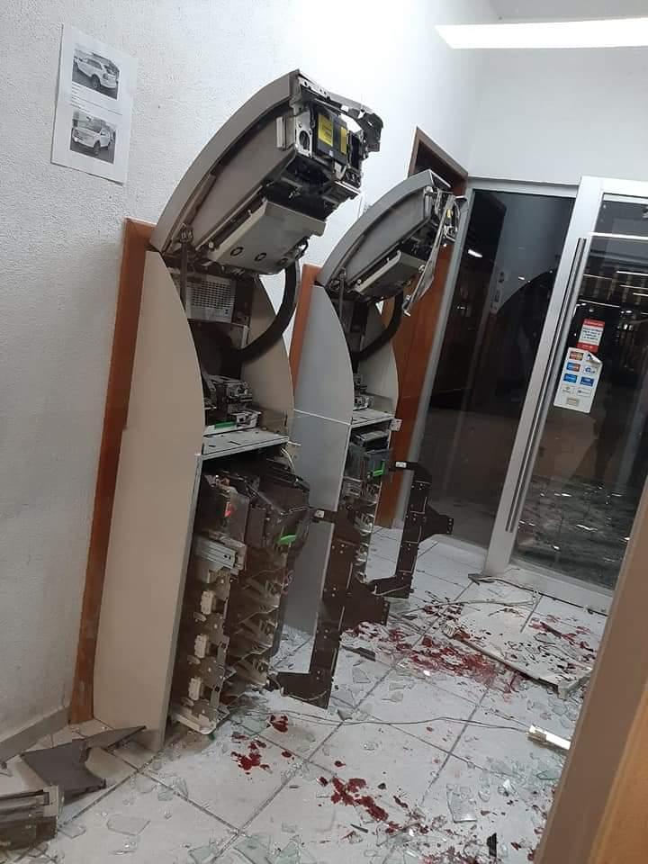 Grupo armado roba violentamente cajeros automáticos en empresa