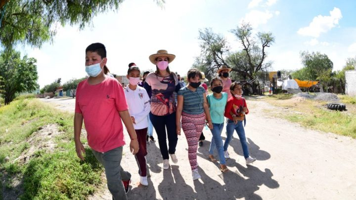 Realiza Lorena Alfaro primera gira en zona rural; educación y servicios, principales peticiones