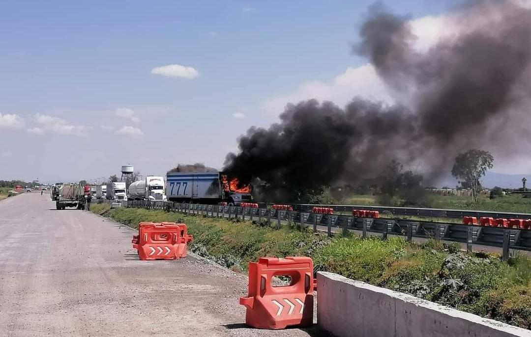 Hombres armados queman trailer en autopista Celaya-Villagrán