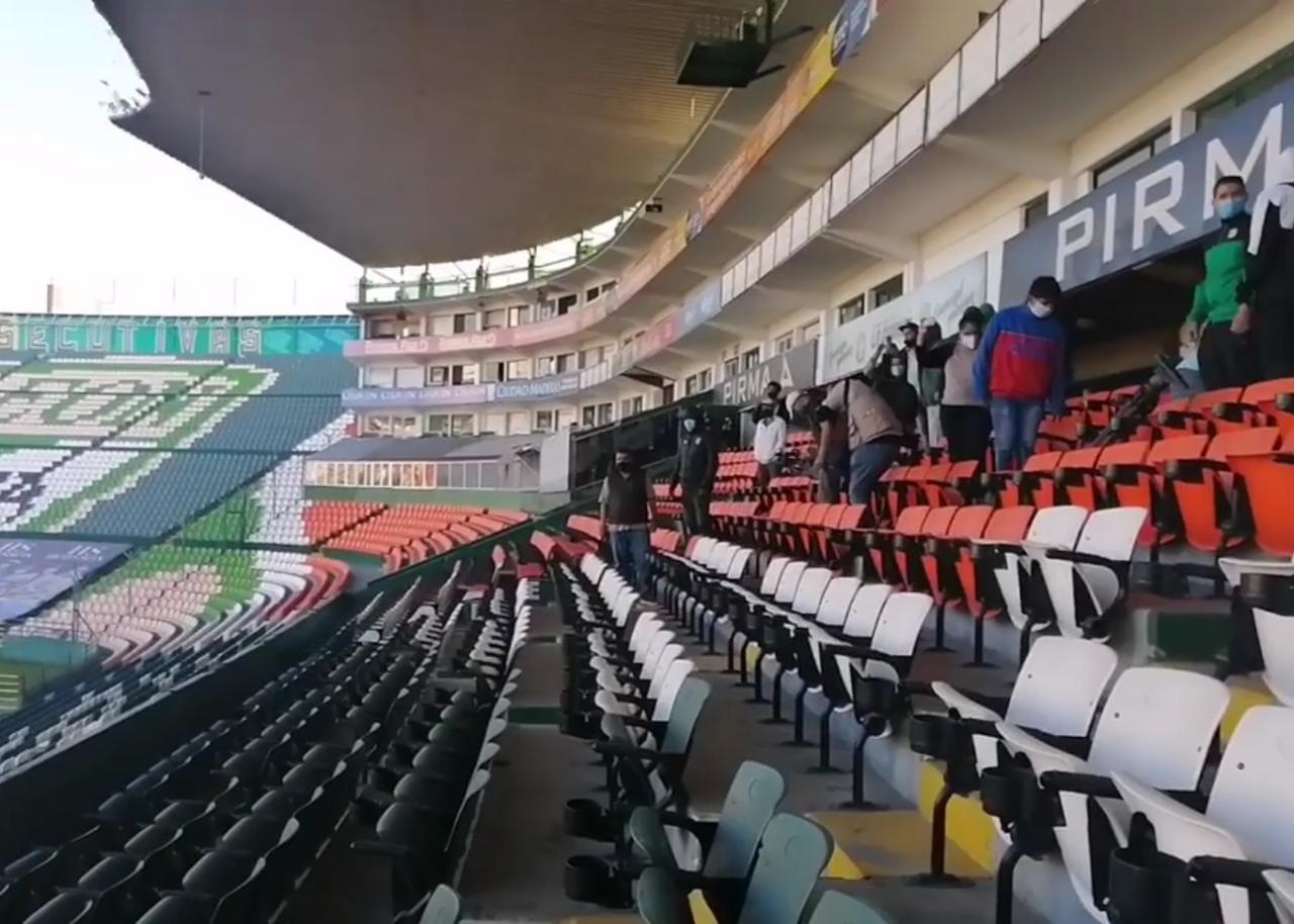 """Aficionados """"toman"""" el estadio de León, ante eventual entrega del inmueble a Zermeño"""