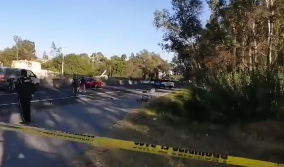 Atacan a balazos a dos ciclistas en plena carretera: uno muere