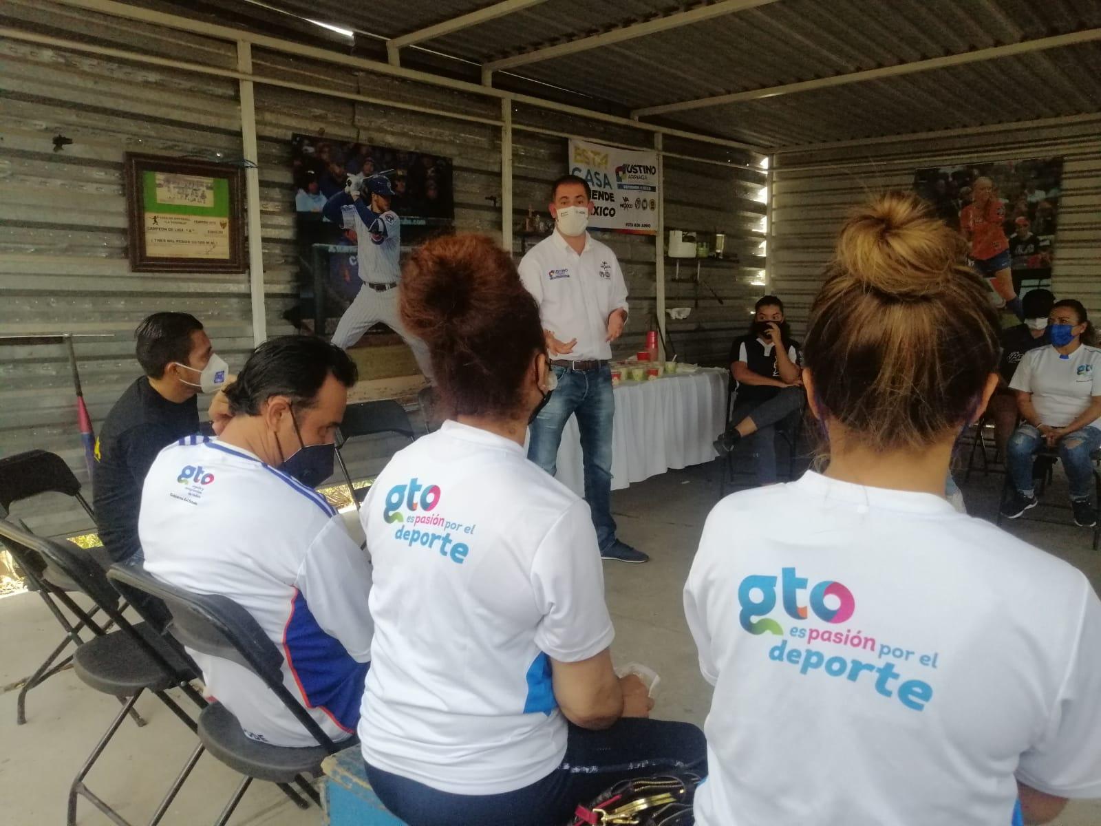 Se reúne Justino Arriaga con equipos de softball