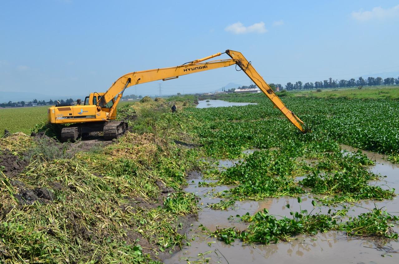 Con maquinaria pesada, JAPAMI limpia 46 kilómetros de canales y ríos