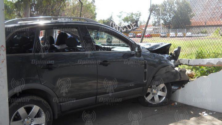 Chocan taxi y camioneta y se estrellan contra barda de templo San Juan Bosco