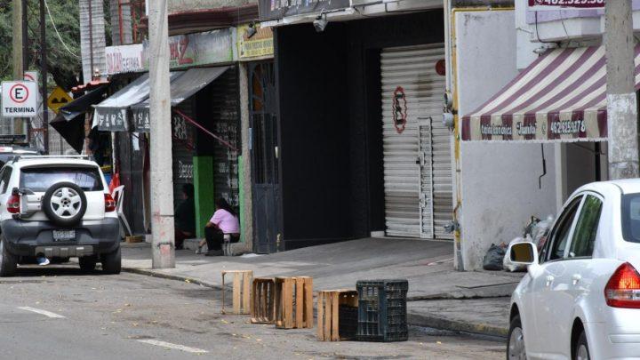 Anuncian sanciones contra quienes aparten lugares en la calle o pongan anuncios